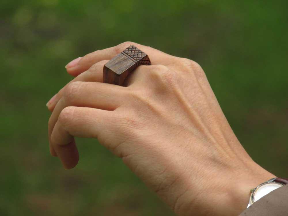 عکس انگشتر چوبی از تولید کننده زیور آلات گالری ماهون
